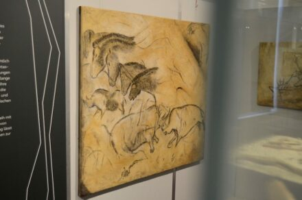 """Die Ausstellung """"Von Tieren, Menschen und anderen Wesen"""" zeigt Repliken von realer Höhlenmalerei."""