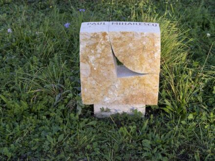 Philipp Baur, Basel. Jury-Urteil: Eine rustikale, spaltraue Vorderfläche aus Liesberger Jurakalkstein mit einem fugenartigen Durchbruch steht auf einem etwas mageren Sockel. Geht man um den Stein herum, wird die Präzision der Rundung klar.