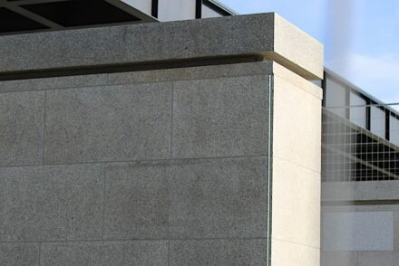 Eine Mies'sche Ecke außen an der Neuen Nationalgalerie.