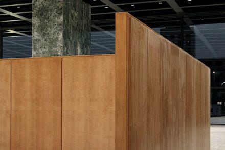 Eine Mies'sche Ecke innen in der Neuen Nationalgalerie. Foto: Simon Menges / David Chipperfield Architects