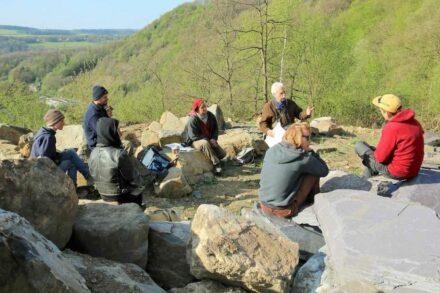 Das Bauteam der Geologischen Mauer. Camille Ek erklärt gerade etwas.