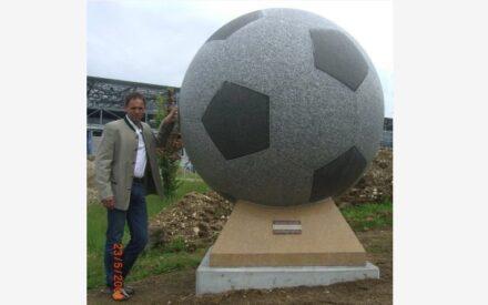 Zur EM 2008 hatte Helmut Moser einen Fußball aus Granit gefertigt.