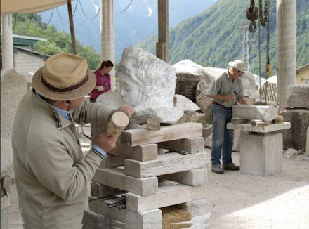 Einsteigerkurs zum Steinbildhauen an der Scuola di Scultura in Peccia.