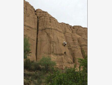 Charlotte Prud'homme seilt sich zur Entnahme der Bodenproben ab. Die 80 Meter dicke Sedimentabfolge im Charyn-Canyon, Kasachstan, dokumentiert den Klimawandel in den letzten fünf Millionen Jahren. Quelle: Charlotte Prud'homme / Max-Planck-Institut für Chemie
