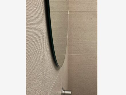 The entire bathroom was covered in Moka (walls, wall and, shower tray with Danubio finish; floor in Elegant finish).
