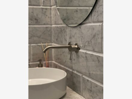 White Carrara marble was chosen for this environment. For the walls, we opted for the tiles with a diamond effect, while for the floor, the walls, and the shower tray it is the Elegant finish.