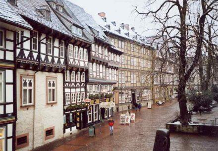 Fachwerkhäuser mit Schieferdeckung am Marktkirchhof in Goslar. Foto: Jörg Blobelt / Wikimedia Commons