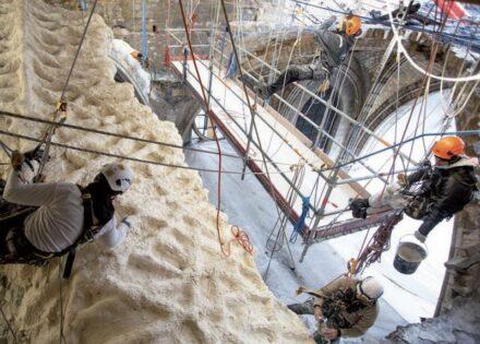Manche der Arbeiten konnten nur von speziell ausgebildeten Restauratoren an Kletterseiten ausgeführt werden.