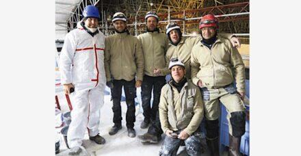 Régis Deltour (links) mit Julien Debraux, Flavien Bagot, Grégory Dhume, Thierry Chadoin, Vincent Touche et Boris Hoff, die für die Arbeit an Seilen hängend ausgebildet sind.