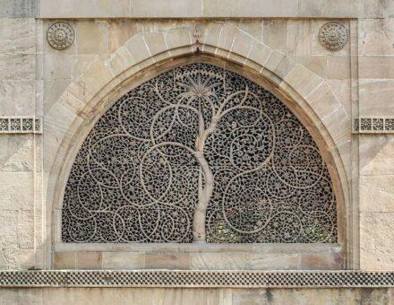 "Mashrabiya (in Indien: Jali) an der Sidi Saiyyed Moschee in Ahmedabad, Indien. Foto: Bernard Gagnon / <a href=""https://commons.wikimedia.org/""target=""_blank"">Wikimedia Commons</a>, <a href="" https://en.wikipedia.org/wiki/Creative_Commons_license""target=""_blank"">Creative Commons License</a>"