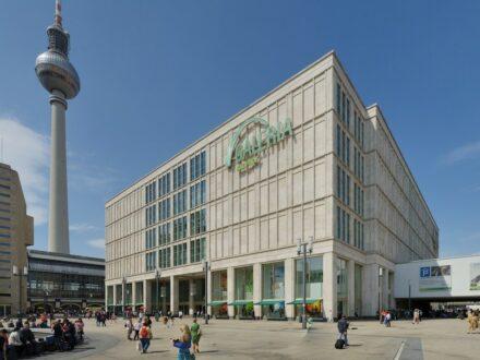 Galeria Kaufhof am Berliner Alexanderplatz. Foto: Taxiarchos228 / Wikimedia Commons