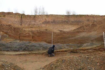 In einer Kiesgrube bei Niederweimar im mittleren Lahntal dokumentierten die Forscher Schichten vulkanischen Ursprungs. Foto: Colin Weber