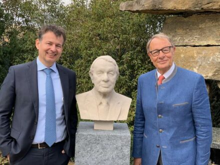 Bust of Joachim Grüter depicted, long-time president of the DNV Natural Stone Association, created via 3D scan and robotic arm. On the left is Hermann Graser, the new president of the association, in whose company the bust was created.