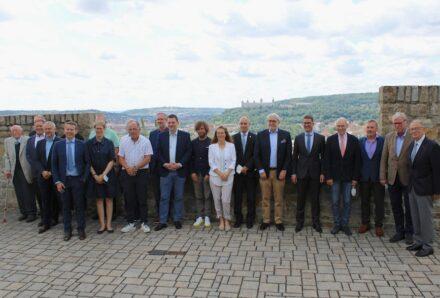 Mitgliederversammlung des DNV 2021: Gruppenbild der Teilnehmer in Präsenz mit Blick auf die Festung Marienberg im Hintergrund.