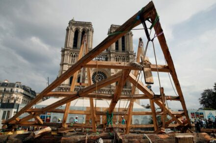 In Paris in front of Notre-Dame, on September 19, 2020, French carpenters showed their skills and those of their predecessors from the Middle Ages. Photo: François Mori / AP