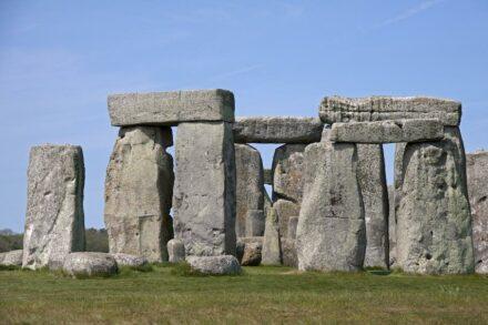 """Blick auf einige der monumentalen Sarsen-Steine von Stonehenge. Quelle: Tony Hisgett / <a href=""""https://commons.wikimedia.org/""""target=""""_blank"""">Wikimedia Commons</a>, <a href="""" https://en.wikipedia.org/wiki/Creative_Commons_license""""target=""""_blank"""">Creative Commons License</a>"""