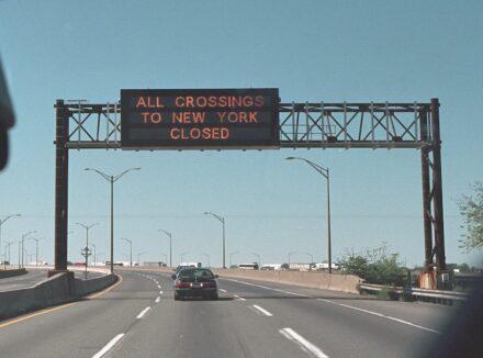 """""""Alle Übergänge nach New York geschlossen"""" steht am Dienstag, 11. September 2001 auf einem Autobahnschild. Foto: Paul Morse, mit freundlicher Genehmigung der George W. Bush Presidential Library / <a href=""""https://commons.wikimedia.org/""""target=""""_blank"""">Wikimedia Commons</a>, <a href="""" https://en.wikipedia.org/wiki/Creative_Commons_license""""target=""""_blank"""">Creative Commons License</a>"""