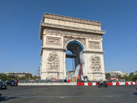 """Arc de Triomphe being prepared for Christo's wrapping. Photo from September 03, 2021. Source: Syced / <a href=""""https://commons.wikimedia.org/""""target=""""_blank"""">Wikimedia Commons</a>, <a href="""" https://en.wikipedia.org/wiki/Creative_Commons_license""""target=""""_blank"""">Creative Commons License</a>"""