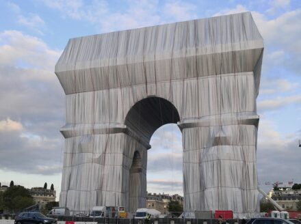 """""""Arc de Triomphe, wrapped"""", Photo taken on September 16, 2021. Quelle: Eric Salard / <a href=""""https://commons.wikimedia.org/""""target=""""_blank"""">Wikimedia Commons</a>"""