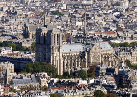 """Notre Dame in 2010 in the sea of houses in Paris. Photo: Taxiarchos228 / <a href=""""https://commons.wikimedia.org/""""target=""""_blank"""">Wikimedia Commons</a>, <a href="""" https://en.wikipedia.org/wiki/Creative_Commons_license""""target=""""_blank"""">Creative Commons License</a>"""